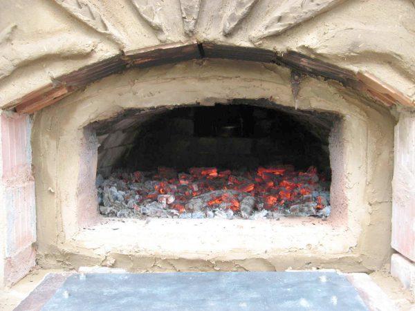 erste Brennprobe im Lehmbackofen
